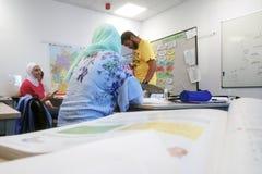 Migranten von Afrika, von Asien und vom Mittlere Osten lernen Deutsch in der Klasse der internationalen Schule Inlingua in Halle  stockbilder