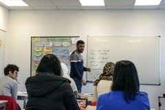 Migranten von Afrika, von Asien und vom Mittlere Osten lernen Deutsch in t stockfoto