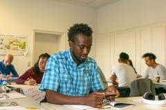 Migranter lär ett språk i en europeisk skola, på integrationskurser Europa Tyskland, Halle Saale, 05/12/2017 royaltyfri bild