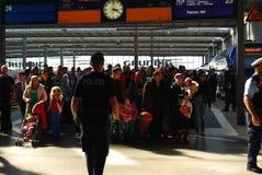 Migranter som ankommer på den Munich centralstationen Royaltyfria Bilder
