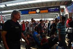 Migranter som ankommer på den Munich centralstationen Royaltyfri Foto