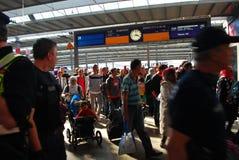 Migranter som ankommer på den Munich centralstationen Royaltyfria Foton