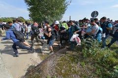 Migrants de Moyen-Orient attendant à la frontière hongroise Photo stock