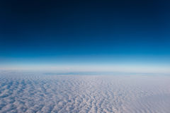 Migrar acima das nuvens com uma vista do céu Foto de Stock Royalty Free