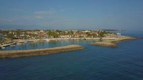 Migrar em torno da península com barcos amarrados e baixas construções vista superior do mar e da costa vídeos de arquivo