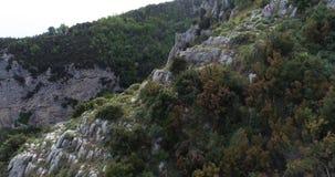 Migrar nas montanhas acima da costa de Amalfi em Itália filme