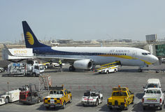 Migrar a preparação dos aviões Boeing 737NG (VT-JBK) de Jet Airway em Abu Dhabi Imagem de Stock Royalty Free