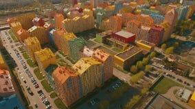 Migrar sobre casas coloridas confortáveis acolhedores em uma antena europeia da cidade 4K UHD filme