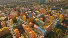 Migrar sobre casas coloridas confortáveis acolhedores em uma antena europeia da cidade 4K UHD video estoque