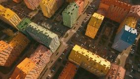 Migrar sobre casas coloridas confortáveis acolhedores em uma antena europeia da cidade 4K UHD vídeos de arquivo