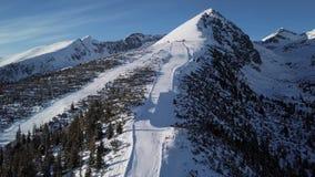 Migrar sobre da inclinação do esqui em montanhas altas de Tatras filme