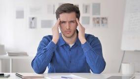 Migrena, czasu Przypadkowy Dorosły mężczyzna z głowa bólem przy pracą zbiory wideo