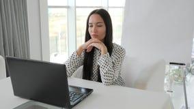 Migrena na pracie, zapracowana biznesowa kobieta w biurze, gniewny żeński pracownik z laptopem stołem, męczącym zdjęcie wideo