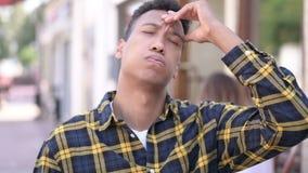 Migrena, niewygodny zaakcentowany młody afrykański mężczyzna zdjęcie wideo