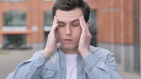 Migrena, niewygodny zaakcentowany młody człowiek zbiory wideo