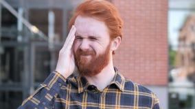 Migrena, Niewygodny Zaakcentowany rudzielec brody młody człowiek zdjęcie wideo