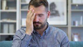 Migrena, portret spięty w średnim wieku mężczyzna w biurze zdjęcie wideo