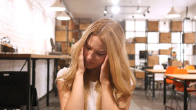 Migrena, spęczenie, Sfrustowana dziewczyna zdjęcia royalty free