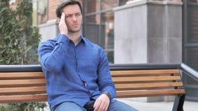 Migrena, Spięty młodego człowieka Siedzieć Plenerowy na ławce zdjęcie wideo