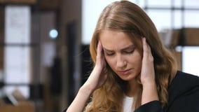 Migrena, Udaremniająca, spęczenie, Spięty dziewczyny Siedzieć Salowy obraz stock