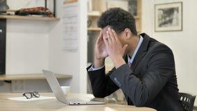 Migrena, Zaakcentowany Afrykański biznesmen Pracuje na projekcie zbiory