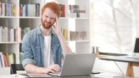 Migrena, Zaakcentowany Przypadkowy rudzielec mężczyzna Pracuje na projekcie zbiory wideo