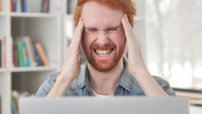 Migrena, Zaakcentowany Przypadkowy rudzielec mężczyzna przy pracą zdjęcie wideo