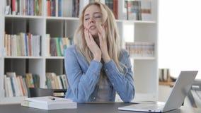 Migrena, Zmęczona młoda kobieta z głowa bólem zdjęcie wideo