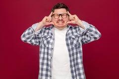 Migreny zamieszanie lub ból Portret zmieszany w średnim wieku biznesowy mężczyzna stoi w przypadkowej w kratkę koszula i eyeglass obraz royalty free