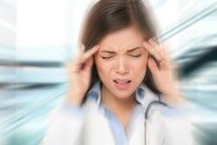 Migrän- och huvudvärkfolk - stressad doktor Arkivfoton