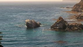 Migrowania humpback wieloryby ukazują się przy Julia pfiffer oparzenie stanu parkiem wzdłuż California wybrzeża zdjęcia royalty free