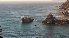 Migrowania humpback wieloryby ukazują się na California wybrzeżu w dużym sura zbiory wideo