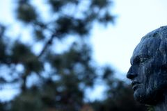 Mihai Eminescu statua przed Rumuńskim Athenaeum Fotografia Stock