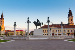 Mihai Viteazul Statue i Union Square vid afton i Oradea royaltyfri bild