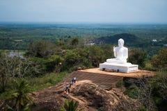 Mihintale, Σρι Λάνκα - 7 Μαΐου 2018: Μεγάλο άσπρο άγαλμα του Βούδα ενάντια στο μπλε ουρανό σε Mihintale στοκ φωτογραφία με δικαίωμα ελεύθερης χρήσης