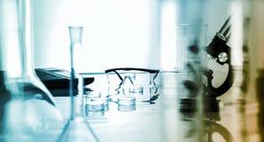 Miicroscope och plast- säkerhetsexponeringsglas i labb Arkivfoto