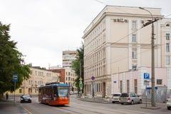 MIIT人道主义学院、电车和汽车在莫斯科17 07 2017年 免版税库存图片