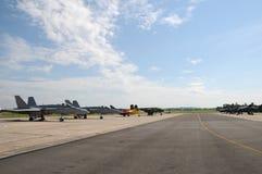 Miitaryvliegtuigen op de baan bij een airshow worden geparkeerd die Stock Afbeelding
