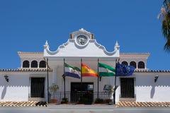 MIJAS ANDALUCIA/SPAIN - JULI 3: Kommunal byggnad i Mijas Royaltyfri Foto