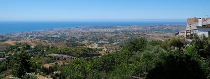 MIJAS ANDALUCIA/SPAIN - JULI 3: Sikt från Mijas i Andalucia Fotografering för Bildbyråer