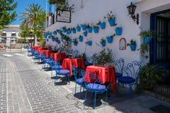 MIJAS ANDALUCIA/SPAIN - JULI 3: Typisk gatakafé i Mijas Royaltyfri Foto