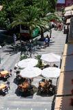 MIJAS ANDALUCIA/SPAIN - JULI 3: Typisk gatakafé i Mijas Royaltyfria Bilder