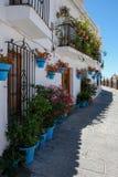 MIJAS ANDALUCIA/SPAIN - JULI 3: Typisk gataplats i Mijas Royaltyfri Fotografi