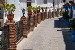 MIJAS, ANDALUCIA/SPAIN - LIPIEC 3: Widok Ceglani mola i Błękitny F Zdjęcie Royalty Free