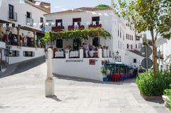 MIJAS ANDALUSIA/SPAIN - SEPTEMBER 7: Gata av Mijas med små restauranger - typisk vit stad i Andalusia, sydliga Spanien, pr Arkivfoton