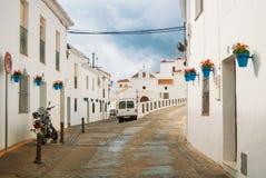 MIJAS, ESPANHA - 8 DE FEVEREIRO DE 2015: Ruas estreitas brancas com whit fotografia de stock royalty free