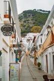 MIJAS SPANIEN - FEBRUARI 08, 2015: Smala gator för vit med whit Royaltyfri Bild
