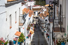 Mijas, Spanje-2 Mei, 2014: Straat met bloemen in de Mijas stad, SP Stock Afbeelding