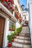 Mijas, Spanje-2 Mei, 2014: Straat met bloemen in de Mijas stad, SP Royalty-vrije Stock Foto