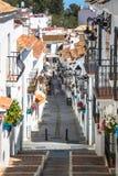 Mijas, Spanje-2 Mei, 2014: Straat met bloemen in de Mijas stad, SP Stock Foto's